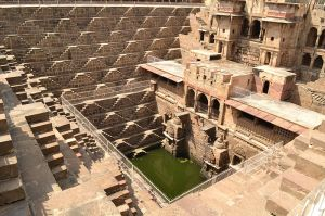 800px-Chand_Baori_(Step-well)_at_Abhaneri